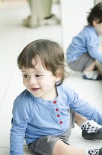 遊んでいる双子の男の子たちの写真素材 [FYI01705480]