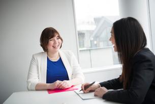 会議室で話している女性二人の写真素材 [FYI01705485]