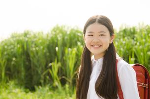 ランドセルを背負って笑う女の子の写真素材 [FYI01705495]