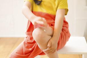 足に絆創膏を貼っている女の子の写真素材 [FYI01705499]
