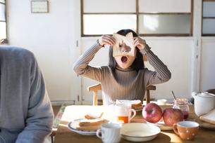 トーストから覗いている女の子の写真素材 [FYI01705509]