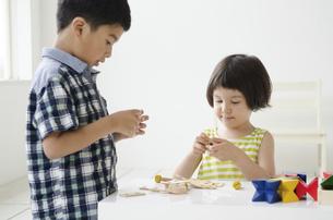 知育おもちゃで遊ぶ子供たちの写真素材 [FYI01705513]