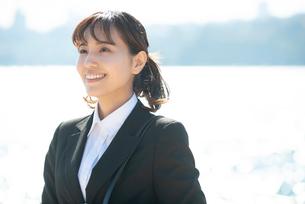 スーツを着て笑っている女性の写真素材 [FYI01705550]
