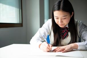 勉強をしている女子高生の写真素材 [FYI01705552]