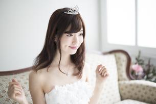 ウェディングドレスを着てティアラをつけている女性の写真素材 [FYI01705556]