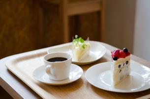 トレイに乗ったケーキとコーヒーの写真素材 [FYI01705562]