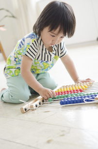 100玉そろばんで遊んでいる男の子の写真素材 [FYI01705582]