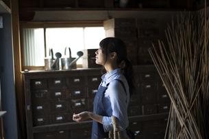 納屋の中にいる女性の写真素材 [FYI01705601]