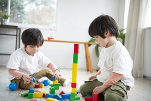 積み木で遊んでいる子供達の写真素材 [FYI01705634]