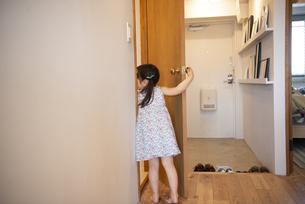 ドアを開けている女の子の写真素材 [FYI01705636]