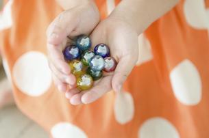 ビー玉を持っている女の子の手の写真素材 [FYI01705642]