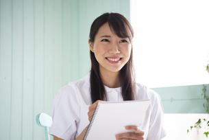 メモをしている働く女性の写真素材 [FYI01705682]