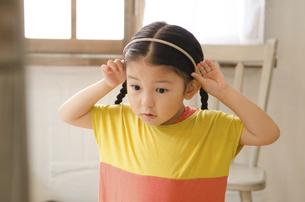 カチューシャをしている女の子の写真素材 [FYI01705691]