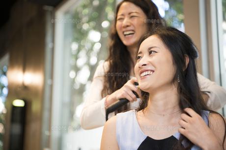 美容室でヘアセットをしている女性の写真素材 [FYI01705692]