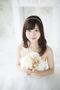 ウェディングドレスを着てブーケを持っている女性の写真素材 [FYI01705696]