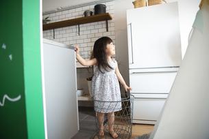 キッチンでカゴに入っている女の子の写真素材 [FYI01705710]