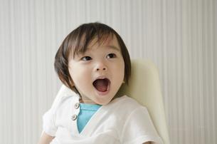 大きな口を開けている男の子の写真素材 [FYI01705722]