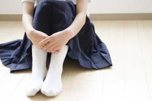 制服姿の女子学生の下半身の写真素材 [FYI01705737]