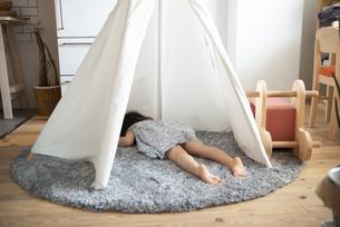 テントの中に寝そべっている女の子の写真素材 [FYI01705772]