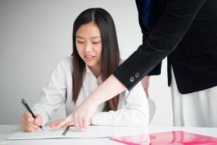 勉強を指導されている女性の写真素材 [FYI01705782]