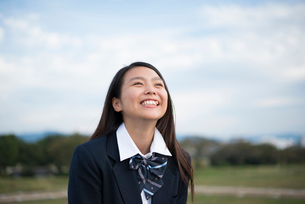 笑っている制服姿の女子高生の写真素材 [FYI01705793]