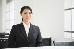 面接中のスーツ姿の女性の写真素材 [FYI01705815]