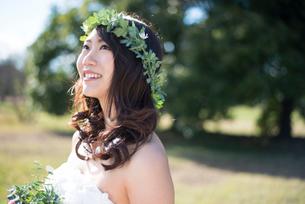 笑っているウェディングドレス姿の女性の写真素材 [FYI01705817]