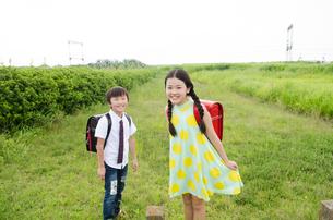 ランドセルを背負って笑っている子供たちの写真素材 [FYI01705832]