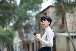 街にいる女性の写真素材 [FYI01705858]