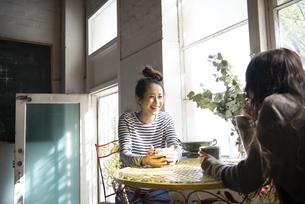 お茶を飲んでいる女性2人の写真素材 [FYI01705865]