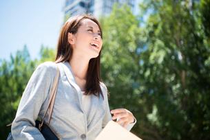 外を歩いている働く女性の写真素材 [FYI01705869]