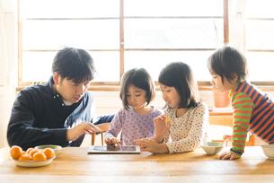 タブレットを見ている親子の写真素材 [FYI01705882]