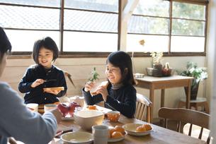 朝食を食べている家族の写真素材 [FYI01705888]