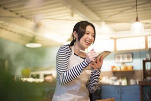 カフェで働いている女性の写真素材 [FYI01705908]