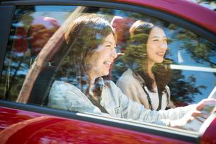 ドライブを楽しんでいる女性2人の写真素材 [FYI01705926]