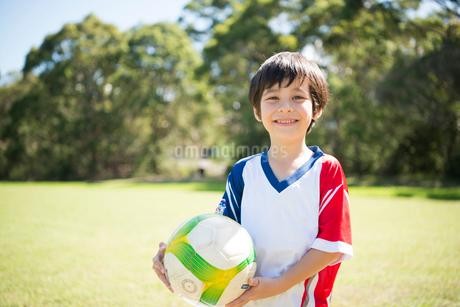 サッカーボールを持っている男の子の写真素材 [FYI01705933]