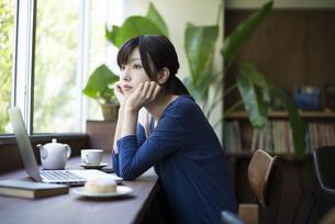 カフェでリラックスをしている女性の写真素材 [FYI01705940]