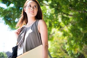 外を歩いている働く女性の写真素材 [FYI01705942]