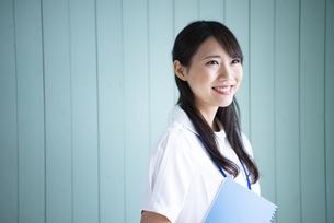 ノートを抱えて笑っている働く女性の写真素材 [FYI01705945]