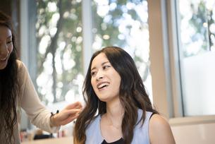 美容室でヘアセットをしている女性の写真素材 [FYI01705970]