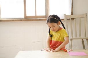 折り紙をしている女の子の写真素材 [FYI01705975]