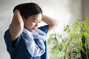 ストールを巻いている女性の写真素材 [FYI01705995]