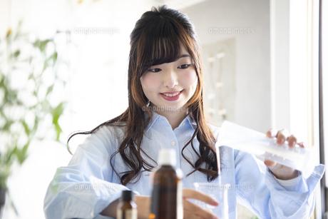 化粧水を作っている女性の写真素材 [FYI01706004]