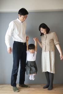 家で遊んでいる親子の写真素材 [FYI01706028]