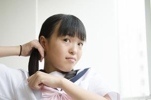 髪を結っている制服姿の女の子の写真素材 [FYI01706036]