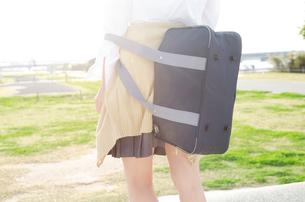 カバンを背負っている女子学生の後ろ姿の写真素材 [FYI01706051]