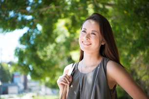 横を向いて笑っている女性の写真素材 [FYI01706053]