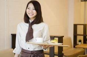 カフェで働く女性の写真素材 [FYI01706075]