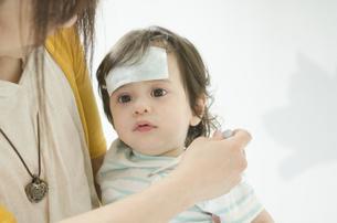 抱っこされる病気の子どもの写真素材 [FYI01706082]