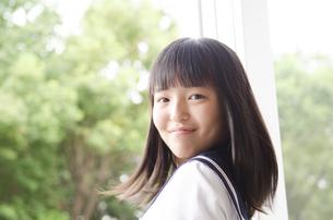 振り返る制服姿の女子高生の写真素材 [FYI01706093]
